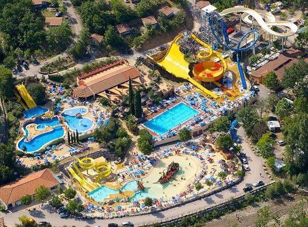 Les parcs aquatiques les plus fous du monde for Camping dans le var avec piscine et toboggan