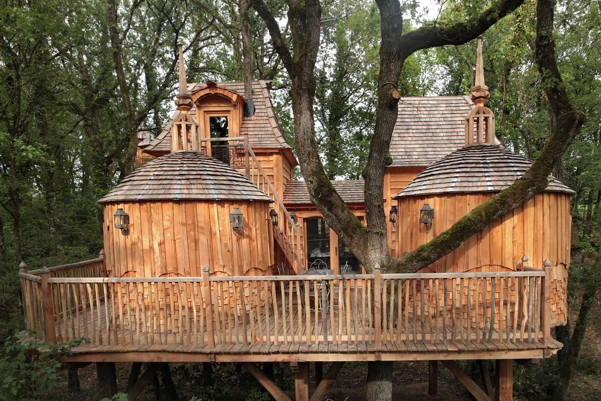 cabane dans les arbres d couvrez les domaines campings qui proposent des cabanes perch es. Black Bedroom Furniture Sets. Home Design Ideas
