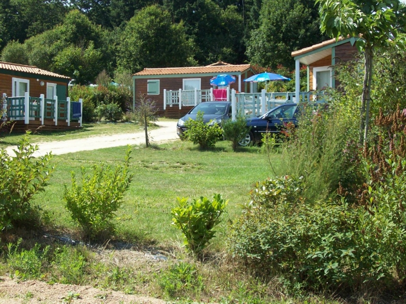 Camping au bois du c 4 toiles chambretaud toocamp for Camping massif central avec piscine