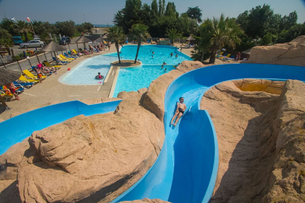 Piscine avec toboggan ile de france margelle de piscine for Camping ile de re avec piscine