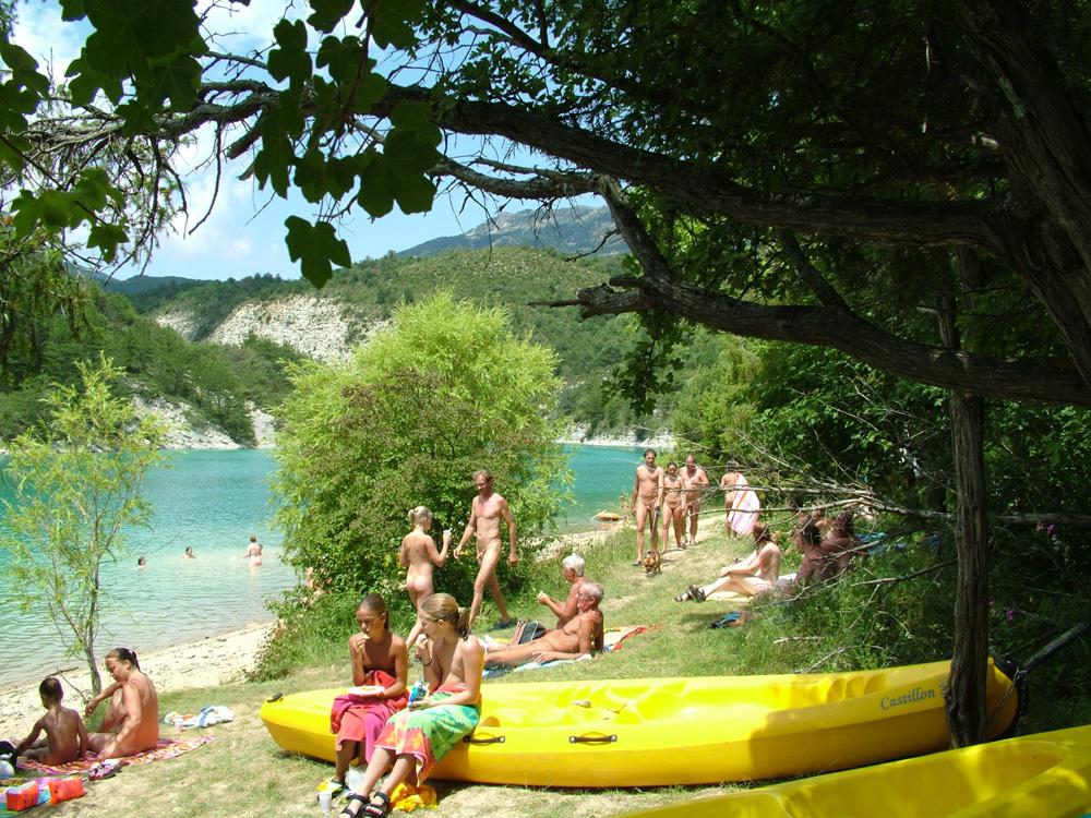 Camping castillon de provence domaine naturiste 3 for Piscine castellane