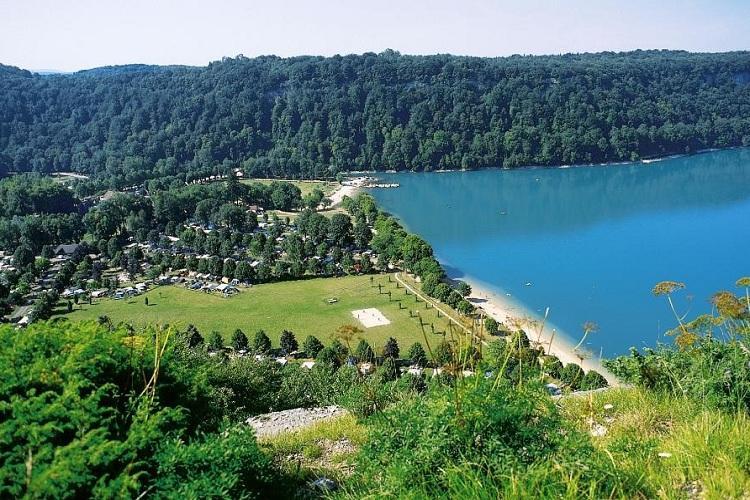 Domaine de chalain 4 toiles doucier toocamp for Camping franche comte avec piscine
