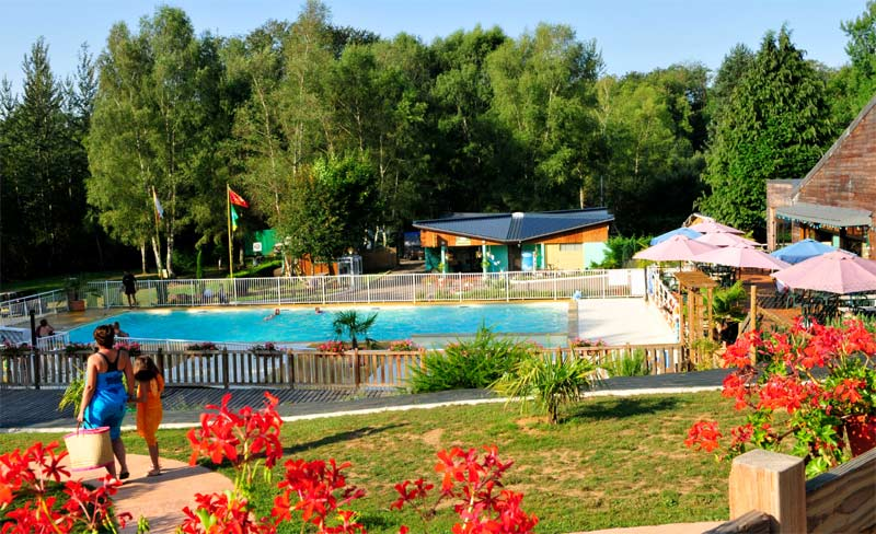 Camping le coiroux 4 toiles aubazine toocamp for Camping massif central avec piscine
