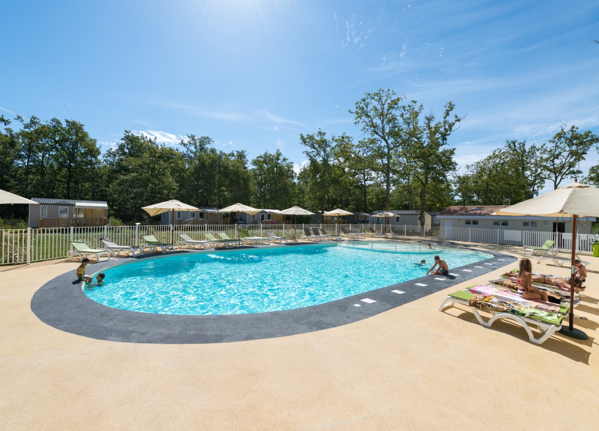 Camping les ch vrefeuilles 4 toiles royan toocamp for Camping poitou charente piscine