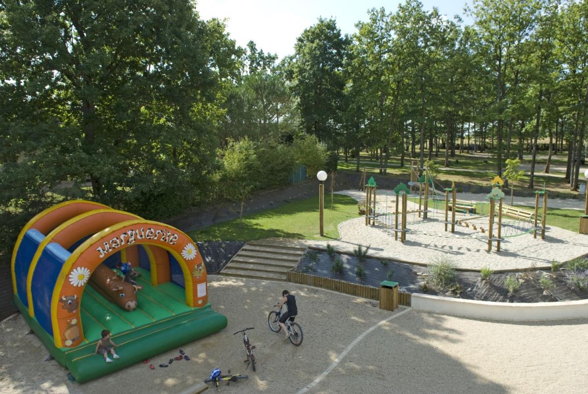 Camping parc du val de loire 5 toiles mesland toocamp for Piscine val joly prix