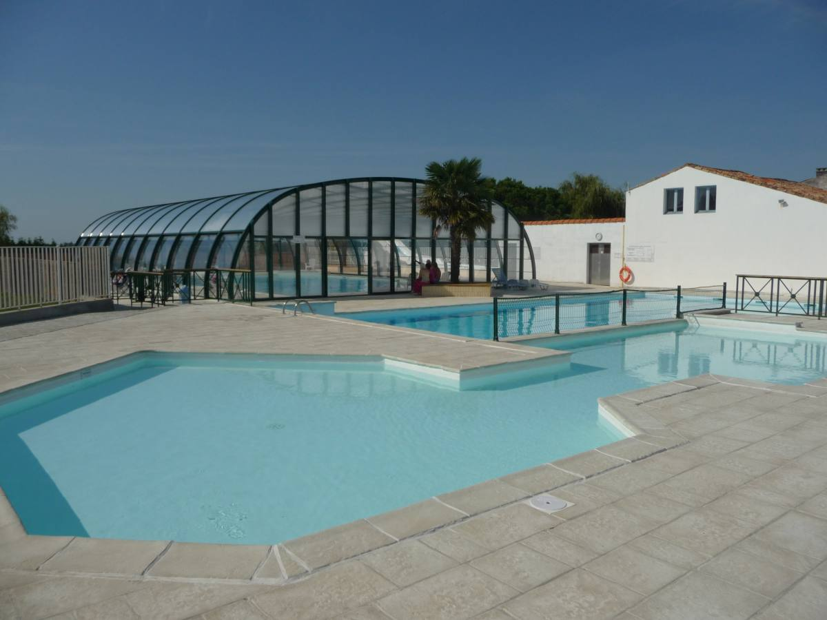 Camping transhumance 4 toiles breuillet toocamp for Camping poitou charente piscine